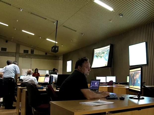 Técnicos do Inpe acompanharam o lançamento do satélite em São José dos Campos (Foto: Fábio França/ G1)