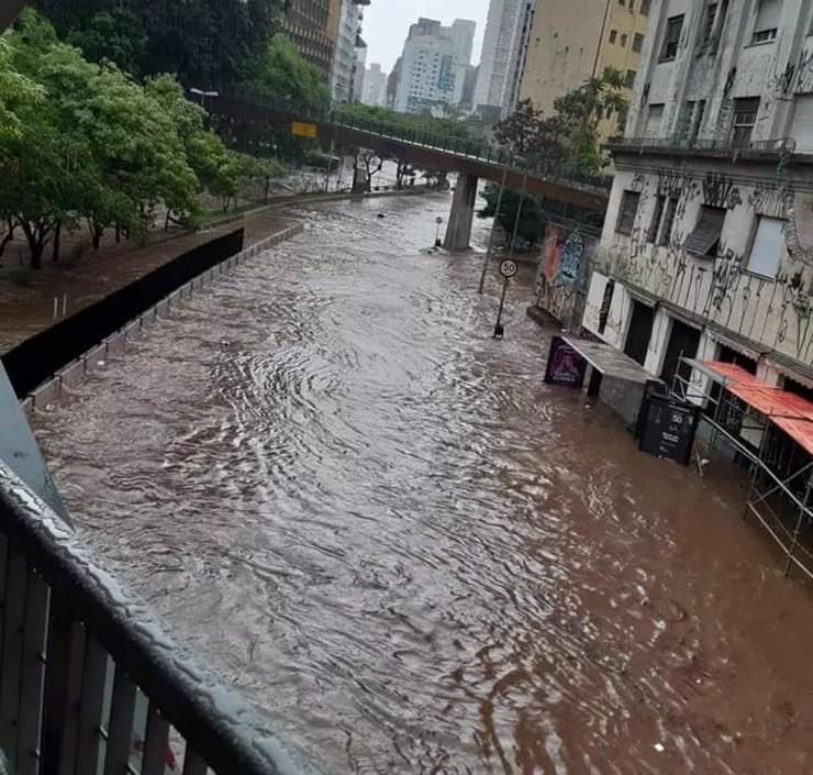 Chuva alaga Praça da Bandeira, no Centro de São Paulo, neste domingo (25).  — Foto: Reprodução/Redes Sociais
