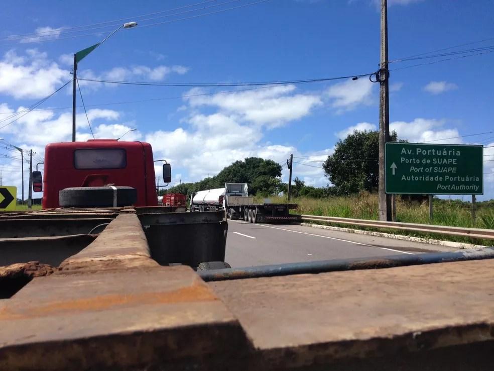 Caminhões foram estacionados no acostamento da Avenida Portuária, no Porto de Suape, em protesto de caminhoneiros (Foto: Wagner Sarmento/TV Globo)