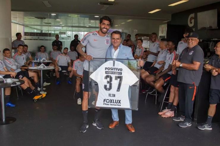 Vilson foi homenageado pelo elenco do Corinthians em dezembro — Foto: Daniel Augusto Jr. / Agência Corinthians
