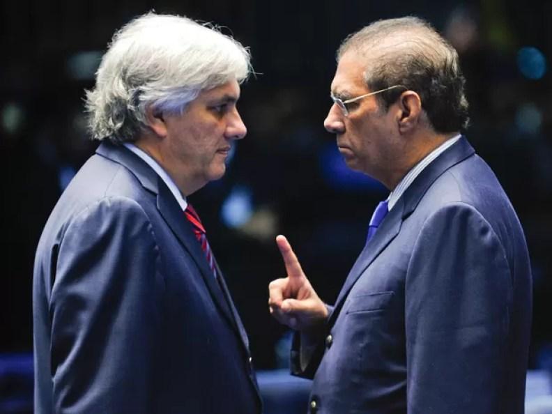 O senador Jader Barbalho (PMDB-PA) conversa Delcídio do Amaral (PT-MS) durante sessão no Senado, em abril de 2015 (Foto: Marcos Oliveira/Agência Senado)