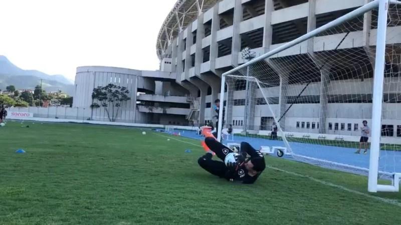 Gatito já realiza transição no campo anexo do Estádio Nilton Santos — Foto: Reprodução