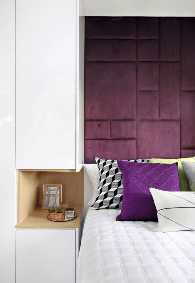 Um rasgo no armário em U, transforma o espaço de 46 x 47 x 60 cm em um criado-mudo (Foto: Mariana Orsi / Divulgação)
