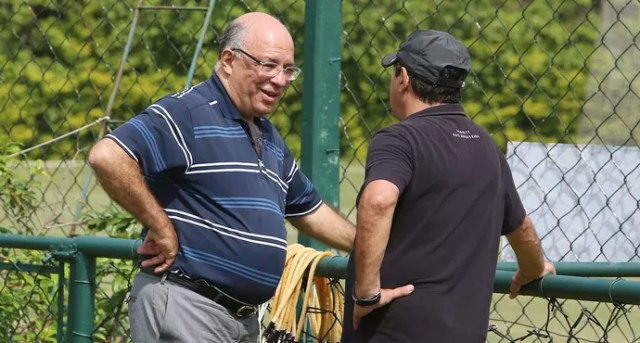 Ataíde Gil Guerreiro, vice-presidente de futebol do São Paulo, conversa com Muricy (Foto: Rubens Chiri / saopaulofc.net)