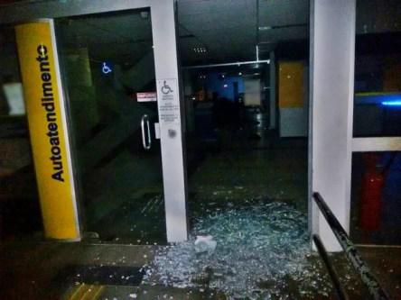 Grupo quebrou portas de agência bancária e fez reféns, diz PM (Foto: Divulgação/Polícia Militar)
