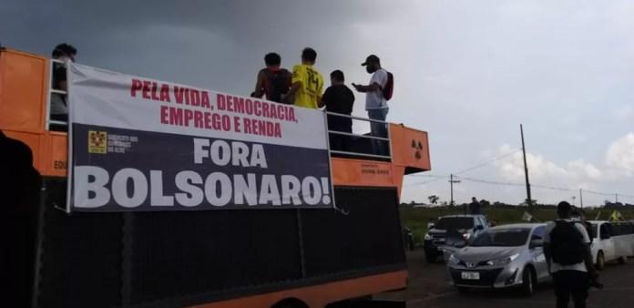 """Manifestantes usam um carro de som com a frase: """"Pela vida, democracia, emprego e renda  — Foto: Eldérico Silva/Rede Amazônica Acre"""