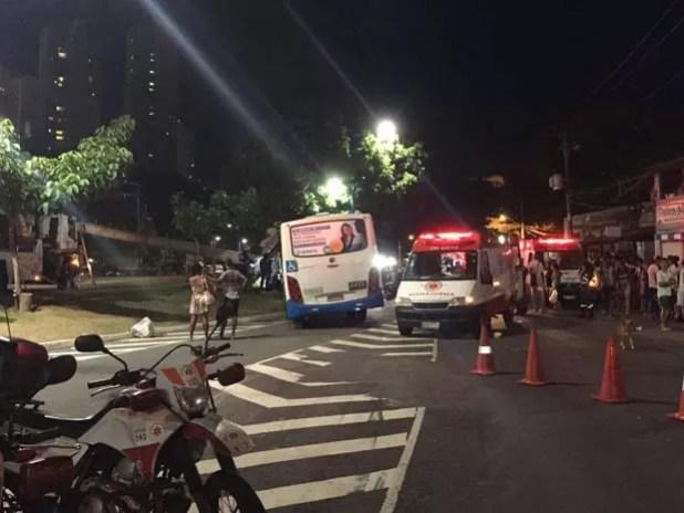 Samu prestando atendimento as vítimas na Avenida Vasgo da Gama, em Salvador (Foto: Giana Mattiazzi/ Tv Bahia)