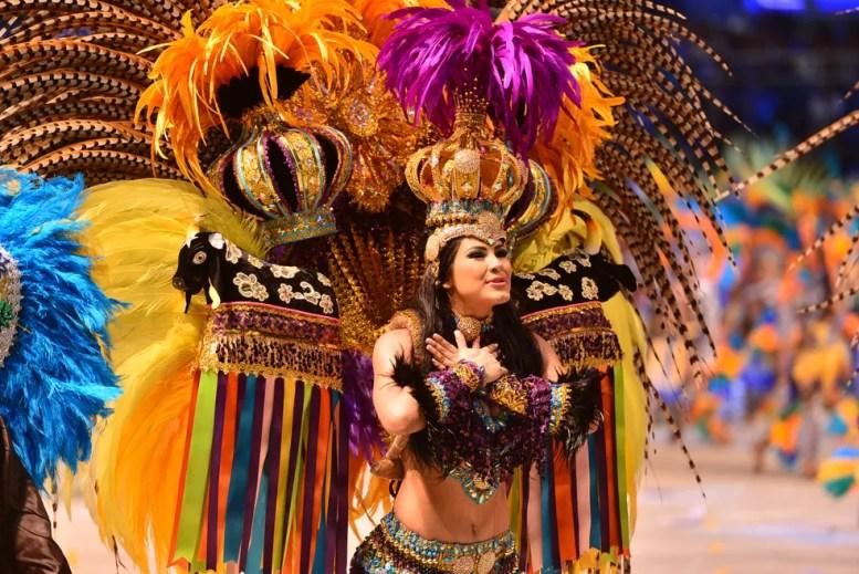 Rainha do Folclore do Caprichoso, Brena Dianá, dançando no Festival de Parintins  (Foto: Joel Arthus/Secom)