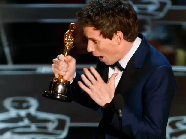 Eddie Redmayne recebe o Oscar de melhor ator por 'A teoria de tudo' (Foto: REUTERS/Mike Blake)