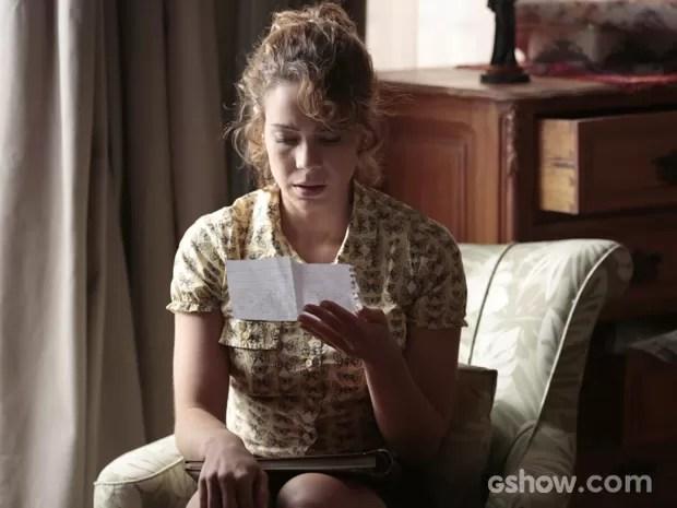 Cristina lê a carta dizendo que José Alfredo é seu pai (Foto: Felipe Monteiro/TV Globo)