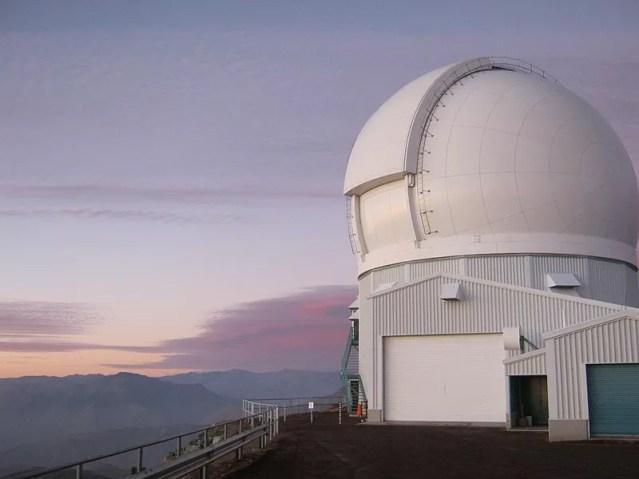Localizado nos Andes chilenos, a 2.400m de altitude, o Soar é um dos telescópios mais modernos na sua categoria (Foto: Wikipedia Commons)