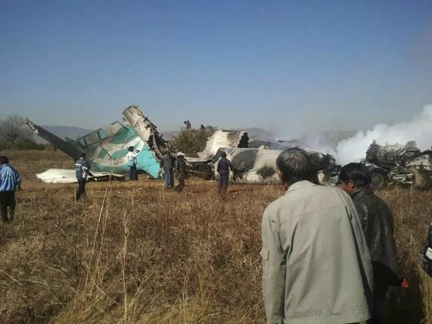 Destroços de avião acidentado nesta terça-feira (25) em Mianmar (Foto: Reuters)