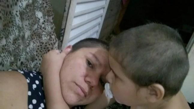 Mãe raspa cabeça para incentivar filho autista de 6 anos a cortar cabelo após ele perder o pai para a Covid no AC — Foto: Arquivo pessoal