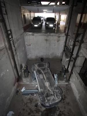 Carro caído em fosso de elevador no Centro (Foto: Paulo Nicolella / Parceiro / Agência O Globo)