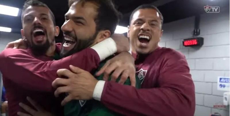 Muriel é abraçado por Marcos Felipe e João Lopes após vitória do Fluminense sobre o Athletico-PR — Foto: Reprodução