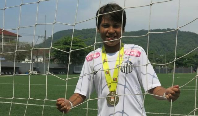 Kaio Jorge chegou no Santos com 11 anos e já começou a se destacar na base — Foto: Antonio Marcos