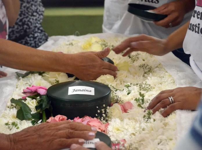Parentes se despedem em velório com cinzas de família morta na Espanha — Foto: Dani Fechine/G1