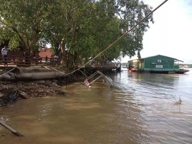 Na Estrada de Ferro é possível ver o quanto o nível baixou, pois antes o rio estava na altura do deck (Foto: Gaia Quiquiô/G1)