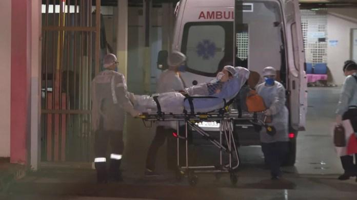 Mulher que testou positivo para coronavírus no DF chega ao Hospital da Asa Norte (HRAN), no DF — Foto: TV Globo/Reprodução