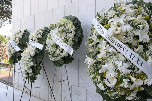 Coroas de flores para o jornalista (Foto: AG News)