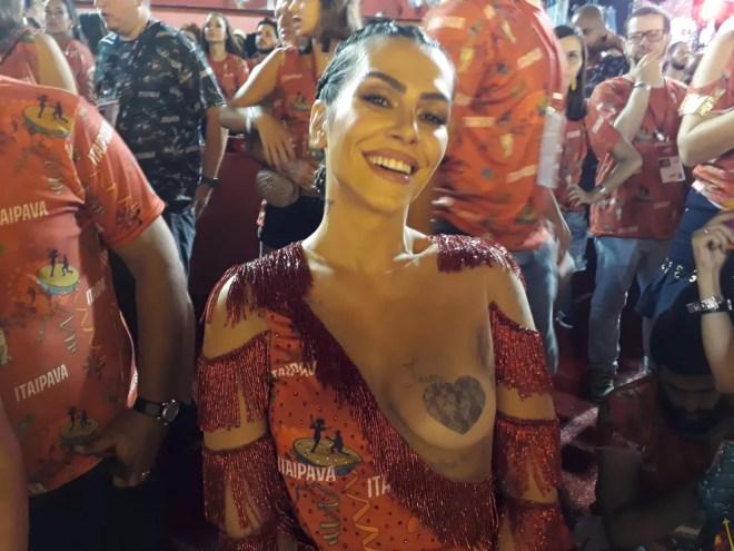 Cleo faz sucesso com fantasia 'Feiticeira do Amor' (Foto: Gabriel Barreira / G1)