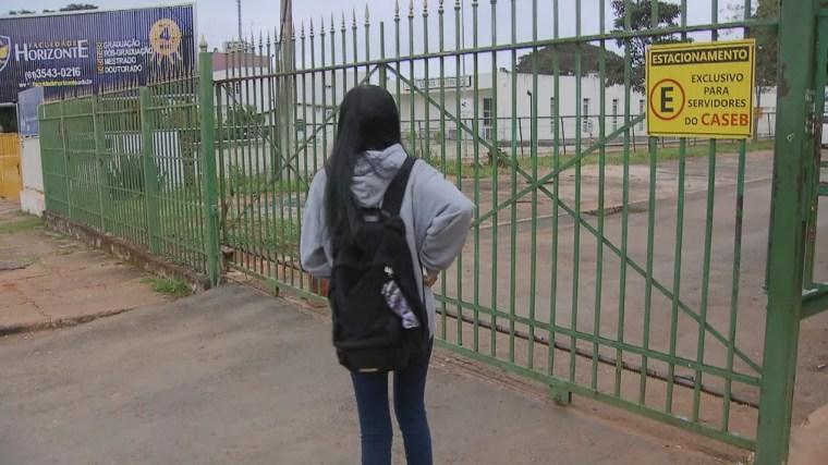 Estudante do Caseb encontra portão da escola fechado na manhã desta quarta-feira (15) — Foto: TV Globo/Reprodução