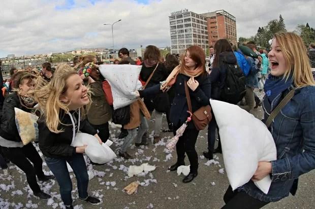 Guerra de travesseiro atraiu 224 pessoas na cidade de Zlin (Foto: Radek Mica/AFP)