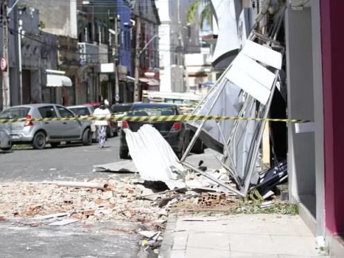 Defesa Civil do Recife interditou as imediações da loja, neste sábado (18) (Foto: Aldo Carneiro/Pernambuco Press)