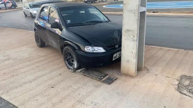 O motorista atingiu um poste e conseguiu fugir a pé em Cuiabá — Foto: Divulgação