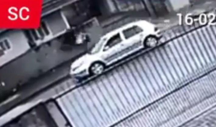 Imagens registraram momento em que carro atingiu cadeirante e filha — Foto: Polícia Civil/Divulgação