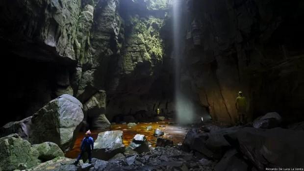 """Sauro explica que o risco é compensado pelo 'mistério' que emana das cavernas.""""Elas são completamente escuras e só a sua luz te ilumina, de modo que o visual é muito pessoal"""", descreve. """"Tem também a ideia de ir aonde ninguém foi e, acima de tudo, de encontrar algo inesperado. Nas cavernas, essa sensação é muito forte"""".   (Foto: Riccardo De Luca/La Venta)"""