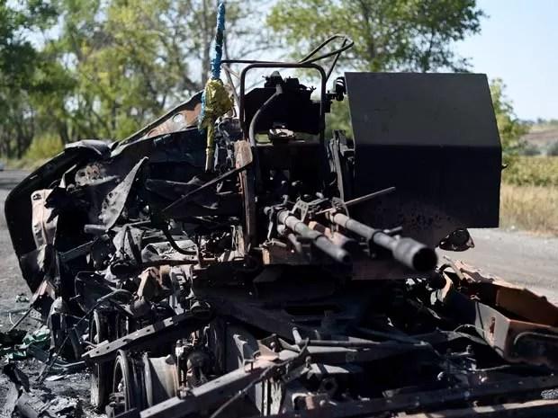 Os restos de veículo blindado é visto nesta quarta-feira (3) em rua de Ilovaisk, a 50 km de Donetsk (Foto: AFP PHOTO/ FRANCISCO LEONG)