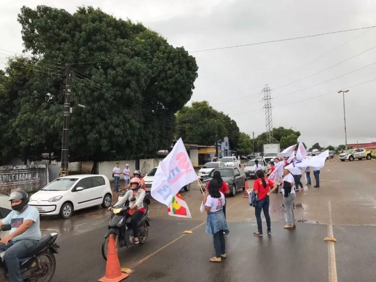 Manifestantes bloqueiam Avenida Venezuela, em Boa Vista (Foto: Inaê Brandão/G1 RR)