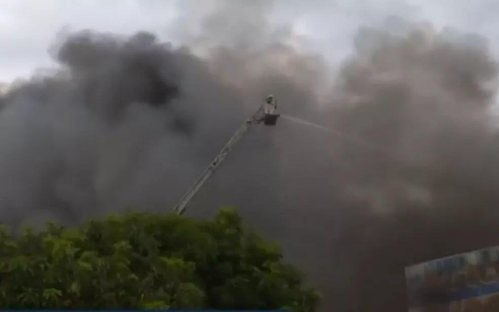 Incêndio na Vila Canaã, em Goiânia, Goiás — Foto: Reprodução/TV Anhanguera