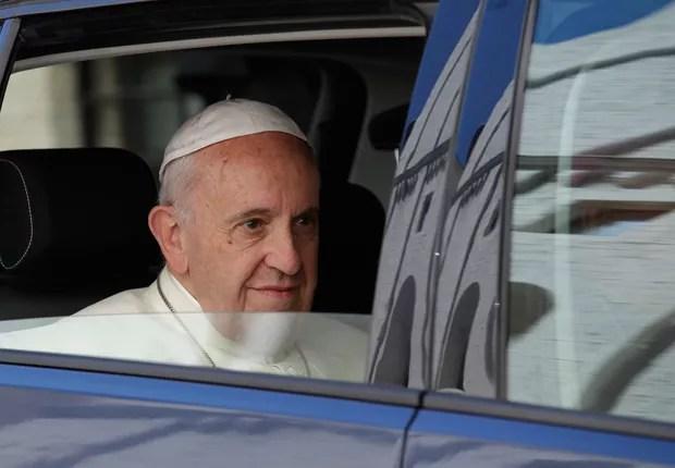 O Papa Francisco chega a Assis, na Itália (Foto: Alessandra Tarantino/AP)