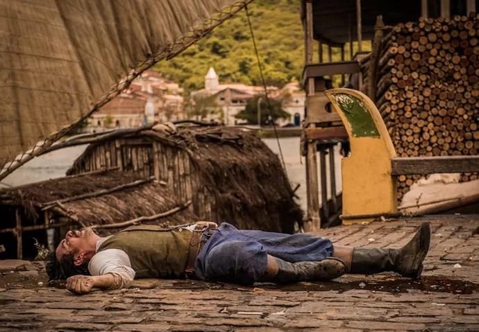 Capitão Ernesto não resiste e morre (Foto: Globo/ Caiuá Franco)