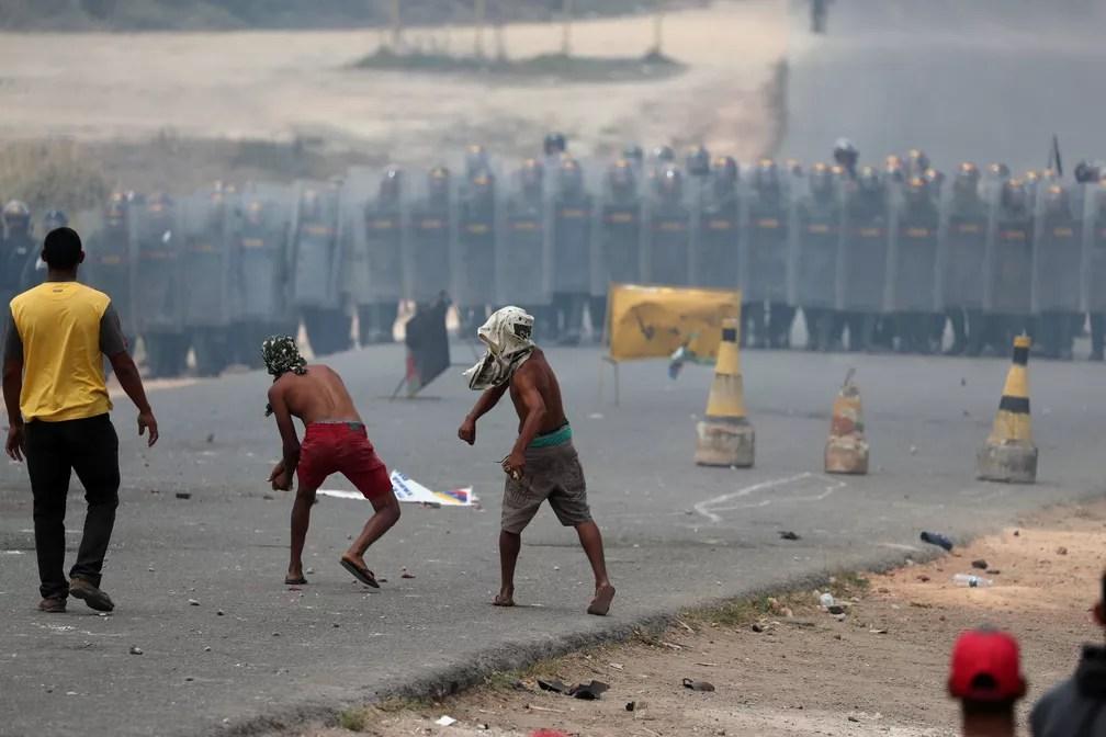 Confronto entre manifestantes e integrantes da segurança da Venezuela, em Pacaraima (24) — Foto: Ricardo Moraes/Reuters