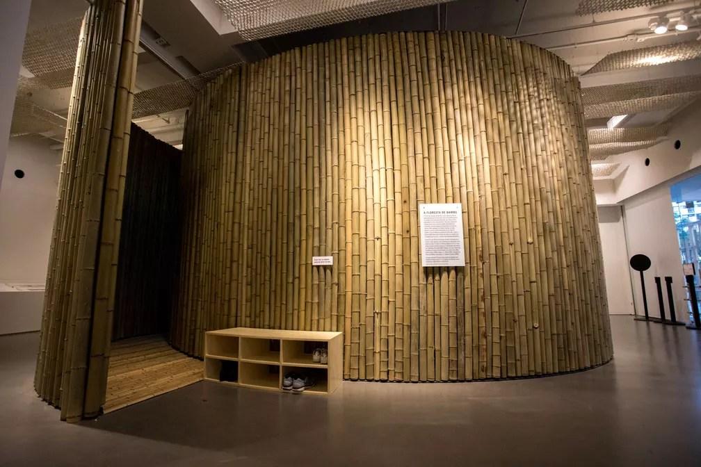 Estrutura chamada 'A Floresta de Bambu' é vista no Japan House, em São Paulo. Dentro dela os visitantes podem assistir à animação 'O Conto do Cortador de Bambu'. A história é uma narrativa milenar japonesa sobre o encontro de um humilde homem do campo e uma princesa encantada, que chega à Terra pelo interior do caule da planta (Foto: Marcelo Brandt/G1)