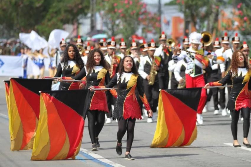 Corpo coreográfico desfila pela Avenida Mascarenhas de Morais, na Zona Sul do Recife, durante celebração do 7 de Setembro, no Recife (Foto: Marlon Costa/Pernambuco Press)