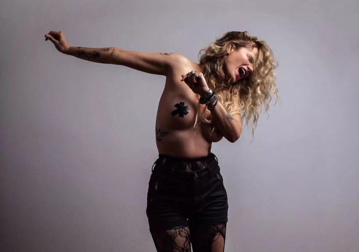 Ana Cañas reitera o discurso feminino ao longo do álbum 'Todxs' — Foto: José de Holanda / Divulgação
