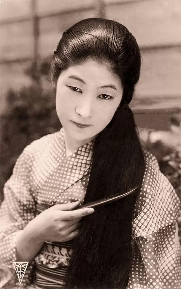 Japonesa desconhecida penteando seus longos cabelos (Foto: Flickr)