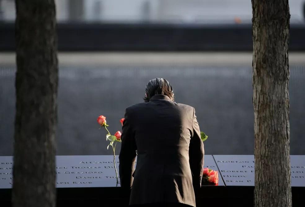 Homem visita memorial em homenagem às vítimas dos ataques de 11 de Setembro, em Nova York (Foto: Seth Wenig/AP Foto)