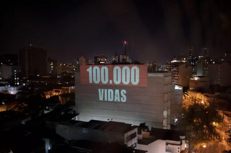 Projeção em um prédio no Rio de Janeiro no dia 9 de agosto diz '100.000 vidas', em homenagem às vítimas da Covid-19 no Brasil. — Foto: Mauro Pimentel/AFP
