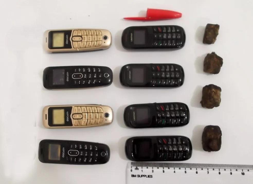 Minicelulares têm o tamanho de uma tampa de caneta; detentos também engoliram invólucros com maconha e K4 — Foto: SAP/Divulgação