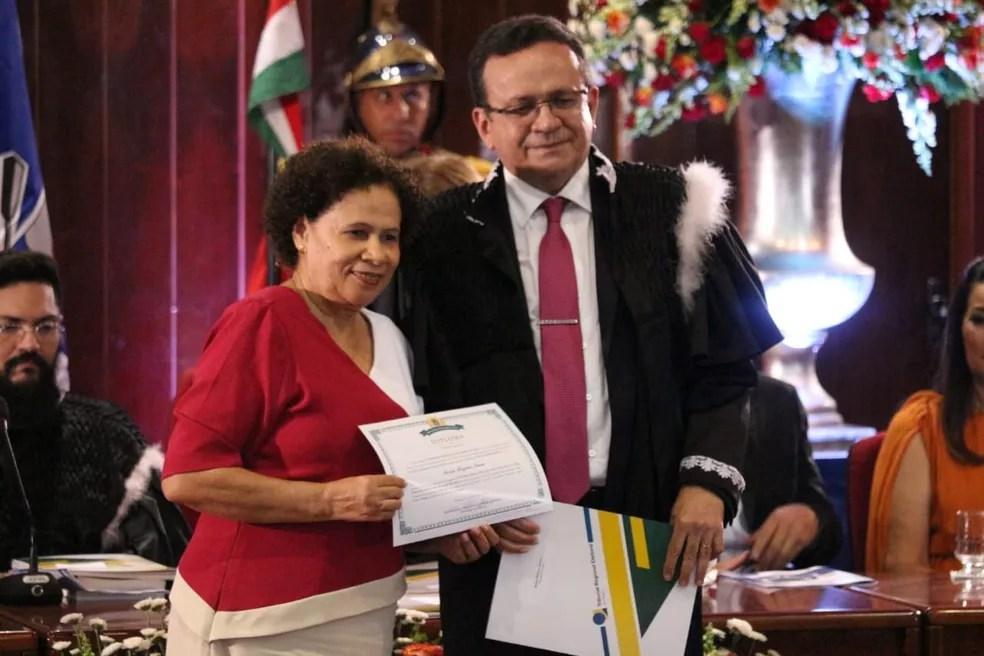 Regina Sousa foi diplomada sob gritos de grupos de mulheres — Foto: Andrê Nascimento/G1 PI