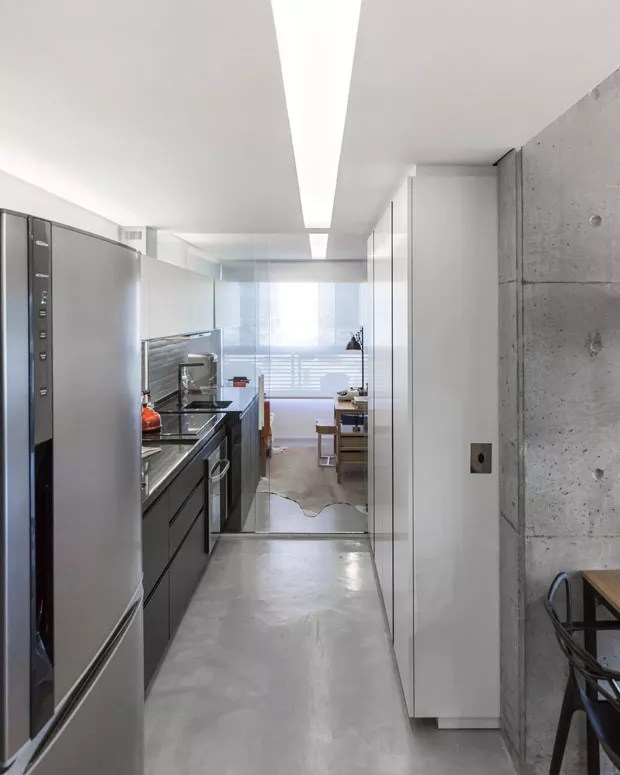 Concreto aparente no teto e trilhos expostos marcam apartamento sofisticado (Foto: ©Marcelo Donadussi)