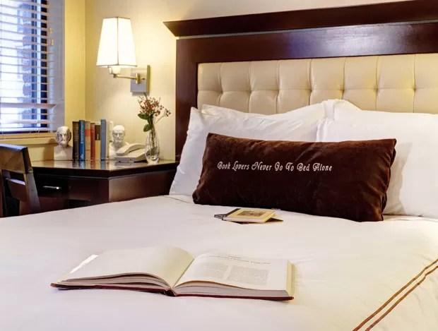 Travesseiro do hotel tem os dizeres: 'Amantes de livros nunca vai para a cama sozinhos' (Foto: Library Hotel/Divulgação)
