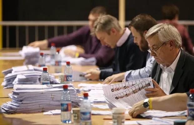 A apuração dos votos da eleição para o Parlamento Europeu começaram em Dublin, na Irlanda, neste domingo (25) (Foto: AP)