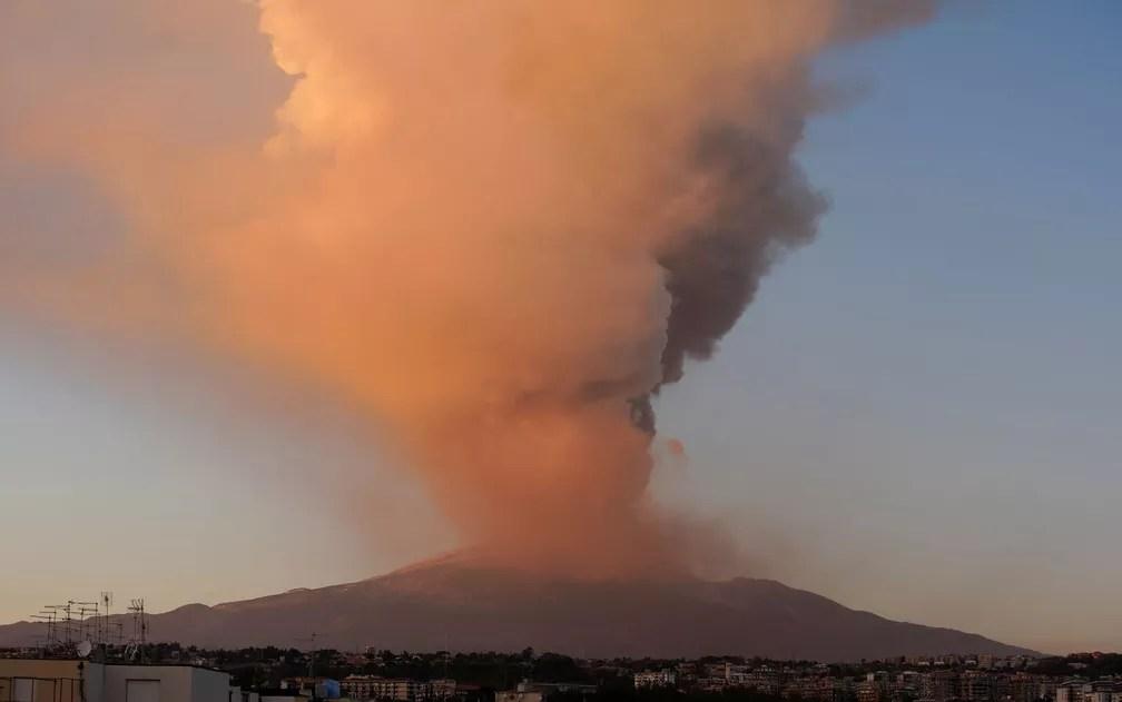 Coluna de fumaça expelida por erupção do vulcão Etna, na ilha da Sicília, na Itália, na terça-feira (16) — Foto: Reuters/Antonio Parrinello