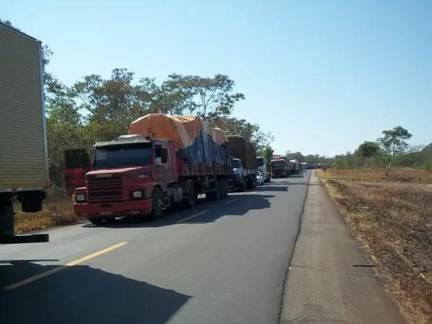 Veículos estão impedidos de passar no bloqueio feito por indígenas (Foto: Flávio Godoi/G1)